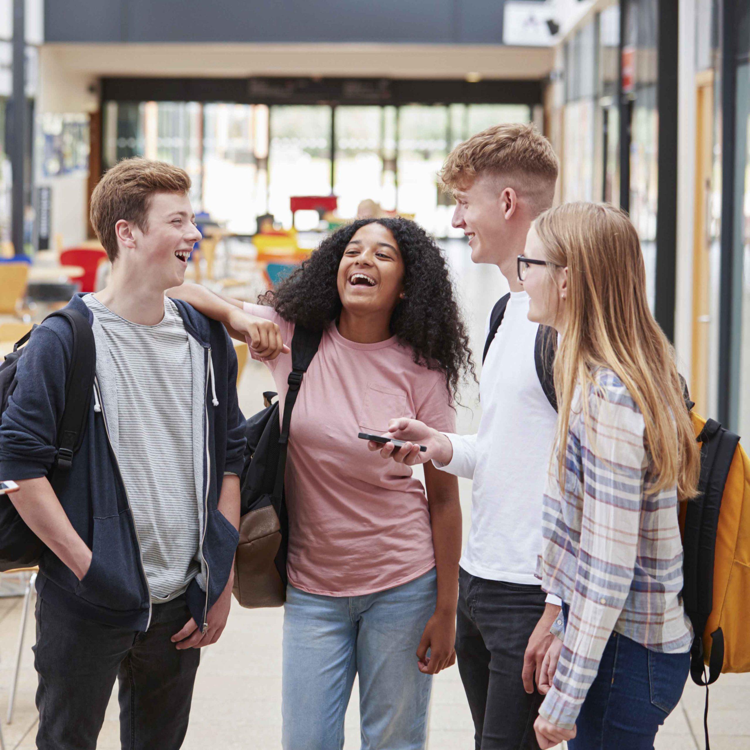 A|B|O Jugend - junge Teenager reden miteinander